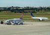 Boeing 737-8EH (esquerda), PR-GTR, da GOL, e Boeing 737-7EA, PR-VBM, da Varig (GOL). (22/03/2012)