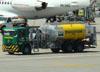 Caminhão tanque da BR Aviation. (22/03/2012)
