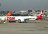 Boeing 777-32WER, PT-MUA, da TAM. (23/06/2009)