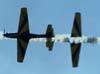 Cruzamento de dois tucanos da Esquadrilha da Fumaça - Domingo Aéreo na Academia da Força Aérea (29/10/2006).
