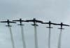 Tucanos 1, 2, 3, 4, 5 e 6, da Esquadrilha da Fumaça, realizando passagem em vôo invertido.