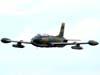 Passagem do Aermacchi/Embraer EMB-326GB Xavante, designado AT-26 pela Força Aérea Brasileira, prefixo FAB 4509.