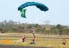 Paraquedistas do Circo Aéreo.