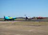 A partir da direita, Beechcraft E18S, PT-DHI, e North American T-6D, PT-LDQ e PT-KRC, do Circo Aéreo.