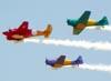 A partir da esquerda, Beechcraft E18S, PT-DHI, North American T-6D, PT-LDQ, e North American T-6D, PT-KRC, do Circo Aéreo.