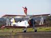 Marta Bognar cumprimentando o público durante o taxiamento do Grumman Showcat, PP-XDI, pilotado por Pedrinho Mello.