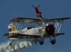 Marta Bognar iniciando a apresentação na asa do Grumman Showcat, PP-XDI, pilotado por Pedrinho Mello.