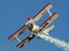 Marta Bognar voando na asa do Grumman Showcat, PP-XDI, pilotado por Pedrinho Mello.