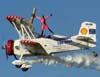 Marta Bognar voando em cima da carlinga do Grumman Showcat, PP-XDI, pilotado por Pedrinho Mello.