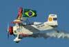 Marta Bognar voando com a bandeira do Brasil na asa do Grumman Showcat, PP-XDI, pilotado por Pedrinho Mello.