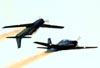 """Embraer EMB-312 (T-27 Tucano) números 5 e 6 da Esquadrilha da Fumaça fazendo a """"Panqueca""""."""