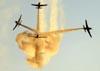 """Embraer EMB-312 (T-27 Tucano) da Esquadrilha da Fumaça durante a """"Bomba""""."""