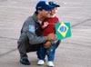 O Capitão Aviador Felzcky, piloto da posição número 7, abraçando o filho logo após a apresentação.