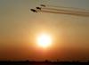 Tucanos 1, 2, 3, 4 , 5 e 6 da Esquadrilha da Fumaça fazendo uma passagem em voo invertido.