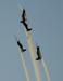 Tucanos 1, 2, 3 e 4 da Esquadrilha da Fumaça fazendo um tunô com os alas invertidos.