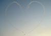 Tucanos 1, 2, 3, 4, 5 e 6 da Esquadrilha da Fumaça dezenhando um coração.