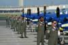 Mecânicos posicionados em frente aos Tucanos do EDA, antes da apresentação no Dayton Air Show, em Dayton, Ohio, Estados Unidos. (29/07/2007) Foto: Suboficial Waldemar Prieto Júnior, fotógrafo do Esquadrão de Demonstração Aérea.