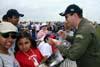 O líder da Esquadrilha da Fumaça, Tenente Coronel Aviador Neves Neto, distribui autógrafos para o público no Dayton Air Show, em Dayton, Ohio, Estados Unidos. (29/07/2007) Foto: Suboficial Waldemar Prieto Júnior, fotógrafo do Esquadrão de Demonstração Aérea.