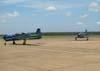 Os dois Embraer EMB-312 (T-27 Tucano) número 1 do EDA. A esquerda, o FAB 1308, comandado pelo novo líder do EDA, Tenente Coronel Aviador José Aguinaldo de Moura, e o FAB 1371, comandado pelo Tenente Coronel Aviador Alberto das Neves Neto.