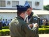 Antigo líder do EDA, Tenente Coronel Aviador Alberto das Neves Neto colocando a bolacha de líder da Esquadrilha da Fumaça no braço esquerdo do novo líder, Tenente Coronel Aviador José Aguinaldo de Moura.