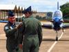 Tenente Coronel Aviador Wagner de Almeida Esteves colocando o distintivo de líder do EDA no Tenente Coronel Aviador Marcelo Gobett Cardoso. (18/12/2012)