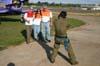 Marcio Jumpei fotografando o pessoal da Esquadrilha OI. Aeroporto dos Amarais, Campinas. (21/10/2006)
