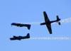 """Embraer EMB-312 (T-27 Tucano) 5, 6 e 7, da Esquadrilha da Fumaça, fazendo a manobra """"DNA"""". Foto: Eduardo Martins. (22/05/2011)"""
