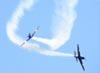 Embraer EMB-312 (T-27 Tucano) 5 e 6, da Esquadrilha da Fumaça, em uma série de cruzamentos. Foto: Eduardo Martins. (22/05/2011)