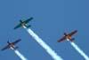 Esquadrilha OI durante a apresentação. A partir da esquerda, o North American T-6D, PT-LDQ, aeronave número 2 (roxo), comandada pelo Laert Gouvêa, North American T-6D, PT-KRC (verde), aeronave número 1, pilotada pelo Carlos Edo, e o North American T-6D, PT-LDO, aeronave número 3, pilotada pelo Gustavo Albrecht.