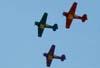 Esquadrilha OI durante a apresentação. A partir da esquerda, o North American T-6D, PT-KRC (verde), aeronave número 1, pilotada pelo Carlos Edo, North American T-6D, PT-LDQ, aeronave número 2 (roxo), comandada pelo Laert Gouvêa, e o North American T-6D, PT-LDO, aeronave número 3, pilotada pelo Gustavo Albrecht.