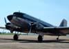 """Douglas DC-3 """"Rose"""", N101KC, taxiando em frente à torre de controle."""