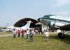 """O Douglas DC-3 """"Rose"""", N101KC, sendo admirado pelo pessoal de manutenção da Trip e do Circo Aéreo, no Aeroporto Campo dos Amarais, em Campinas. (30/08/2007)"""