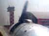 """Acionamento do motor direito do Douglas DC-3 """"Rose"""", N101KC, estacionado ao lado do hangar que fica ao lado da torre de controle do aeroporto de São Carlos. (30/08/2007)"""