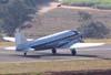 """Douglas DC-3 """"Rose"""", N101KC, durante o pouso no aeroporto de São Carlos. (31/08/2007)"""