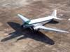 """Comandante Castellao com o braço esquerdo do lado de fora da janela da cabine de pilotagem do Douglas DC-3 """"Rose"""", N101KC, logo após a entrada no pátio em frente ao hangar ao lado da torre de controle, no aeroporto de São Carlos. (31/08/2007)"""