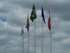 Bandeiras hasteadas em frente ao museu.