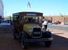 Ônibus de época transportando convidados.