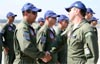 Anderson Amaro Fernandes sendo cumprimentado pelo Tenente Coronel Aviador Alberto das Neves Neto, então líder da Esquadrilha da Fumaça, durante a FIDAE, no Chile, no dia 4 de abril de 2008.