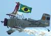 """Marta """"Wingwalking"""" Bognar voando com a bandeira do Brasil nas asas do Grumman Showcat, PP-XDI, pilotado por Pedrinho Melo, durante a segunda apresentação. Foto: Valdemar Júnior"""
