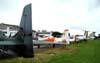 Aeronaves da FAB (Força Aérea Brasileira) estacionadas em frente ao público.