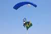 Pára-quedista pouco antes de pousar com a bandeira brasileira. Foto: GAFAB (02/09/2007)