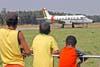 Crianças acompanhando o taxiamento do Embraer EMB-110 P1, SC-95B K-SAR, FAB 6543, do Esquadrão Pelicano. Foto: GAFAB (02/09/2007)