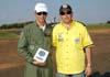 Da esquerda para a direita, Coronel Reynaldo Alfarone, Comandante do Grupo de Serviço de Base (GSB), da Base Aérea de Campo Grande/MS, recebendo a homenagem de Marcelo Kraide, em nome do GAFAB, Grupo de Apoio à FAB, organizador do evento. Foto: GAFAB (02/09/2007)