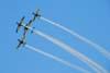 Tucanos da Esquadrilha da Fumaça realizando um tunneau com os alas invertidos. Foto: Luiz Renato Blumlein Vieira (02/09/2007)