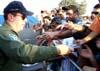 Tenente Coronel Aviador Neves Neto, líder da Esquadrilha da Fumaça, distribuindo a revistas do EDA para o público. (02/09/2007)