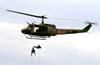 Militares fazendo rapel no Bell UH-1H da Força Aérea Brasileira. Foto: Bruno Schmidt.