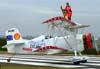 A wingwalker Marta Bognar nas asas do Grumman Showcat, PP-XDI, pilotado por Pedrinho Melo, durante o taxiamento da apresentação. Foto: Bruno Schmidt.
