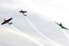 Separação vertical dos aviões da Esquadrilha Oi e do Extra 300 pilotado pelo Comandante Francis. A partir da esquerda, o North American T-6D, PT-LDQ, aeronave número 2 (roxo), pilotado pelo Laert Gouvêa, o Extra 300, PP-ZSQ, pilotado pelo Comandante Francis, e o North American T-6D, PT-KRC (verde), aeronave número 1, pilotada pelo Comandante Carlos Edo. Foto: Bruno Schmidt.