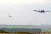 À direita, o Neiva EMB-201R Ipanema, conhecido na FAB como G-19, FAB 0152, rebocando o Let Super Blanick L-23, conhecido na FAB como TZ-23, FAB 8074, ambos do Clube de Vôo a Vela da AFA (Academia da Força Aérea). Foto: Bruno Schmidt.
