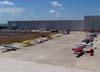 Aeronaves estacionadas em frente aos hangares de manutenção da TAM.